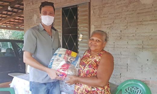 Argemira Martins recebe cesta básica de técnico do Ruraltins durante caravana do Governo do Tocantins