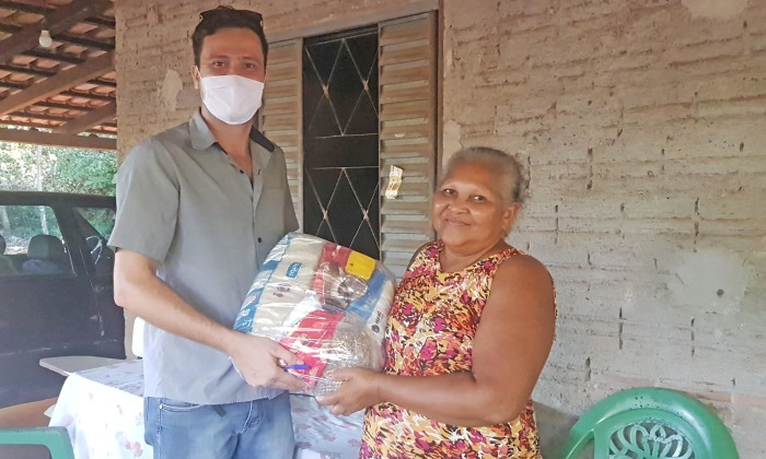 Argemira Martins recebe cesta básica de técnico do Ruraltins durante caravana do Governo do Tocantins