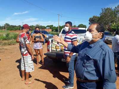 Foto 1 - Secretário da Setas, José Messias Araújo, durante entrega de cestas básicas na última quarta-feira no Setor Jardim Taquari, em Palmas._400.jpg