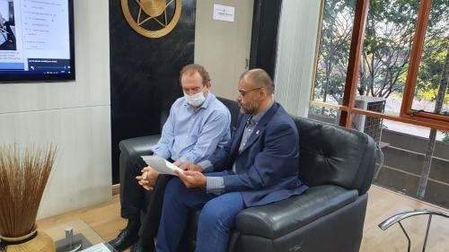 Superintendente Márcio apresenta ao governador Mauro Carlesse o estudo acerca dos Distritos Industriais, ao lado do secretário