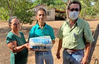 Família do assentamento Barro Alto recebeu cesta básica de técnicos do Ruraltins nesta terça-feira, 26