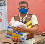 Taxistas, mototaxistas e garçons de Paraíso foram atendidos com cestas