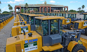 O Governo do Tocantins já começou a receber as novas máquinas que estão sendo estacionadas em frente ao Palácio Araguaia, posteriormente serão patrimoniadas para que seja feita a cessão aos municípios
