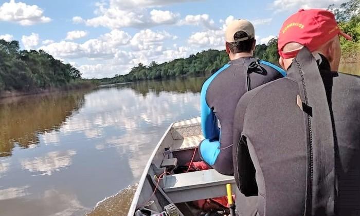 Mergulhadores fazem as buscas a homem desaparecido nos águas do Rio Côco, em Caseara
