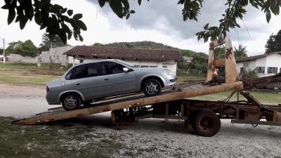 Veículo clandestino apreendido e removido por meio de guincho