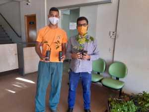 Equipe brigadista da APA Serra do Lajeado entregam mudas de plantas nativas do Cerrado na sede do Naturatins no Dia Mundial do Meio Ambiente