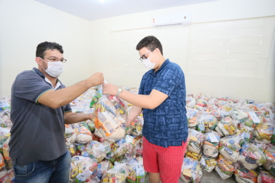 As entregas dos kits são organizadas pelos gestores das unidades de ensino seguindo as recomendações das autoridades da saúde