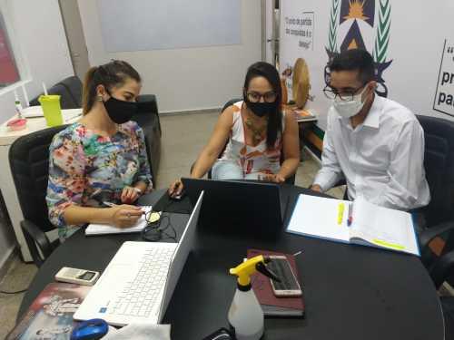 Diretora da Indústria e Comércio, Geanny, com a gerente de microempresas, Priscilla,  debatendo com o diretor da Faciet