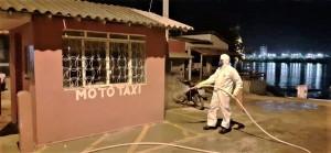 Bombeiro militar aplica produto em ponto  movimentado no interior do Tocantins