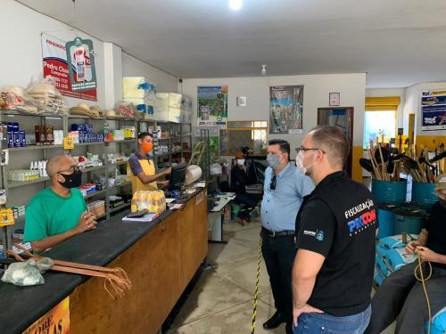 Agentes visitam estabelecimentos comercias e orientam quanto as formas de proteção contra a Covid-19