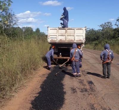 Trecho de 64 km da TO-020 recebe serviço de tapa-buracos.