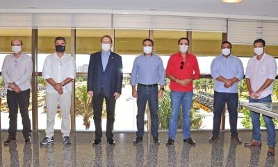 A reunião contou com a presença do deputado federal Carlos Gaguim e de cinco prefeitos