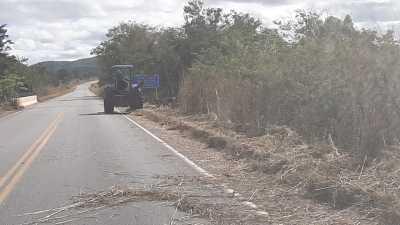 Foram roçadas as margens da TO-040 de Dianópolis a Almas perfazendo um total de 40 km, com a utilização de trator