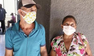 Os trabalhadores rurais Maria Félix Fernandes de Sousa e Nilton Leite de Sousa retiraram o kit no Colégio Estadual Campos Brasil