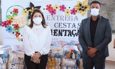 Titular da Seduc, Adriana Aguiar, e o secretário Executivo da Setas, Tiago Costa, durante entrega dos alimentos
