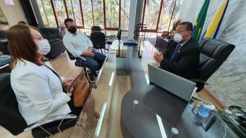 Secretário Tom Lyra trata com a prefeita de Guaraí, acompanhada do secretário do município, sobre implantação do distrito industrial da cidade