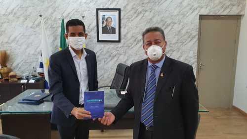 Durante a visita, Iranilson presenteou Tom Lyra com seu livro