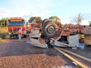 A carga de madeira se espalhou pela rodovia e as três vítimas foram socorridas pelo CBMTO