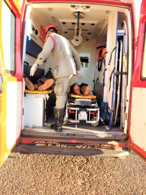 Socorristas do Corpo de Bombeiros Militar atendem as vítimas do acidente nas proximidades de Colinas do Tocantins