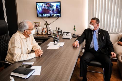 Secretário em reunião com o prefeito Moisés Avelino no gabinete
