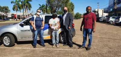 Equipe entregou a cesta para o F. S. M. enquanto ele trabalhava entregando panfletos no centro de Palmas