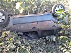 Veículo parou no meio do mato após estouro do pneu e tentativa de se evitar colisão na Rodovia BR - 153