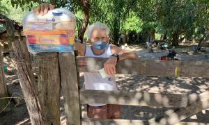 Senhor José Coelho, de 75 anos, agradece ao governador Mauro Carlesse e conta que não sai de casa para nada - Brener Nunes/Governo do Tocantins