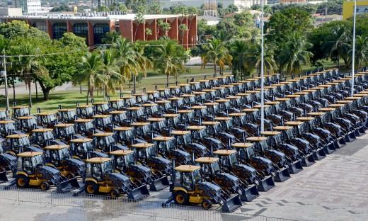 Foram entregues, neste primeiro lote, 139 Retroescavadeiras e 80 Pás Carregadeiras, e 1 Grupo Gerador diesel, totalizando 220 máquinas. Ainda faltam ser recebidos: 12 Escavadeiras Hidráulicas