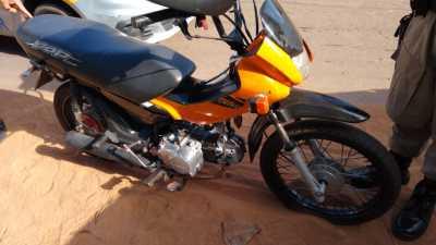 A motocicleta utilizada nos roubos foi apreendida pela PM.