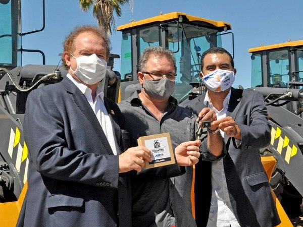 Governador Mauro Carlesse e vice-governador Wanderlei Barbosa entregam máquinas para o prefeito de Colinas, Adriano Rabelo