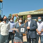 Governador Mauro Carlesse entrega máquinas a prefeita de Araguacema, Isabella Simas