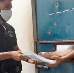 Os presos recebem o material que foi devidamente desinfectado e servirá de apoio para estudos e base de sua avaliação