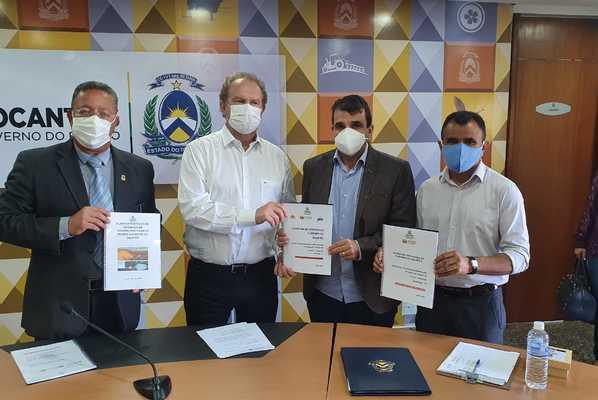 Secretário Tom Lyra, acompanhado por prefeitos, entrega protocolos de segurança para retomada das atividades turísticas ao governador Mauro Carlesse.