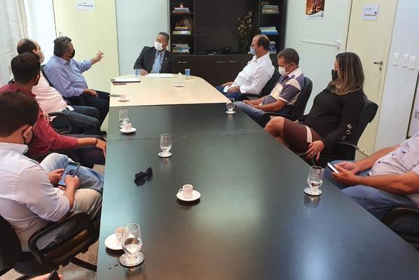 Secretário Tom Lyra (c) durante reunião com os membros da Acirja