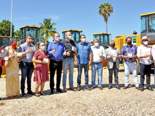 Mais onze prefeitos receberam das mãos do Governador Mauro Carlesse e vice-governador Wanderlei Barbosa, as chaves e os documentos das máquinas