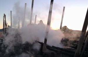 Bombeiros militares em ação no combate ao fogo na carga de eucalipto