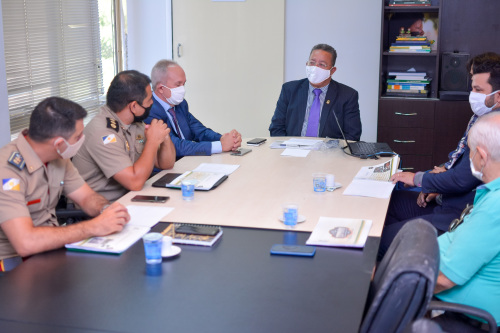 Secretário Tom Lyra com a diretoria do Sindicato Rural de Araguaína em reunião na sede da pasta