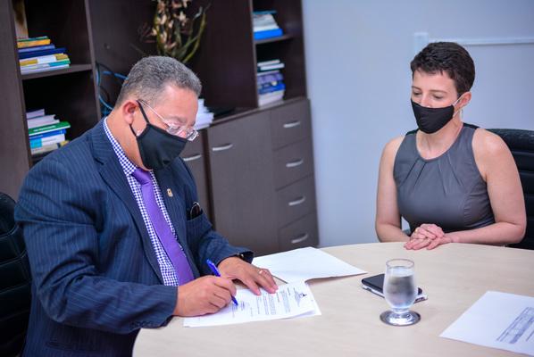 Secretário assina contrato da empresa Nativo Mineradora