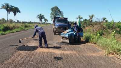 Cerca de 17 km da rodovia TO-010 no trecho Araguatins a Buriti do Tocantins também já receberam os serviços de tapa-buracos e roço
