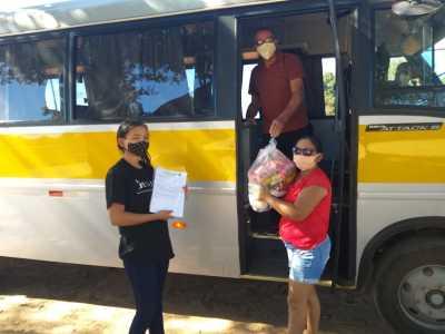 Famílias dos estudantes da zona rural receberam os kits por meio do transporte escolar