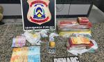 Foram apreendidas aproximadamente 4 kg de maconha, porções de crack, balança de precisão, munições e dinheiro