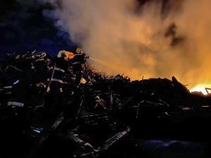 Bombeiros militares combatem fogo no depósito de Ferro Velho em Taquaralto