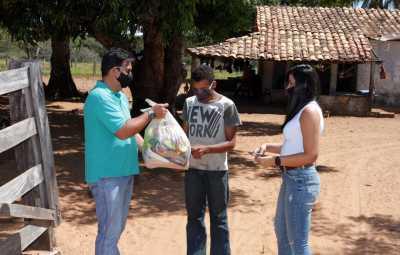 Em parceria com a Setas, cestas básicas também estão sendo entregues durante a ação do projeto Foco no Fogo
