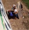 Socorrista do Corpo de Bombeiros Militar presta atendimento à vitima da queda no cais de Araguatins