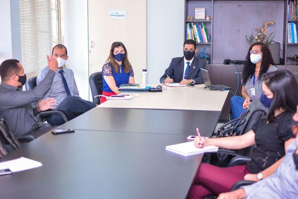 Coordenador Operacional do Censo Demográfico, Roniglese Pereira, faz breve explanação da metodologia adotada pelo órgão ao superintendente e aos técnicos da Sics.