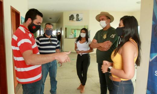 Secretário do Meio Ambiente do município de Arraias, Mauro Rezende, dá o suporte para a equipe do projeto Foco no Fogo