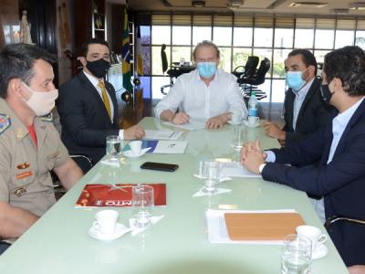 Mauro Carlesse e o superintendente do Patrimônio da União no Tocantins, Lúcio Silva Alfenas, assinaram nesta sexta-feira, 14, Contrato de Cessão de Uso Gratuito de imóveis em Porto Nacional