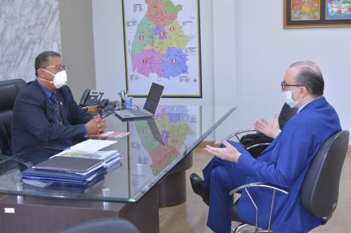 Secretário Tom Lyra e o empresário Marcelo Bezerra durante encontro na Sics