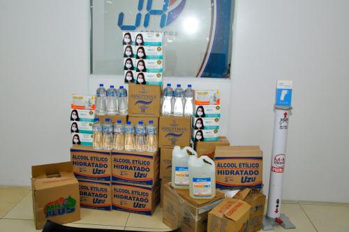 Foram entregues luvas, máscaras e toalhas descartáveis, álcool em gel e líquido, soluções sanitizantes, termômetro e produtos de limpeza em geral