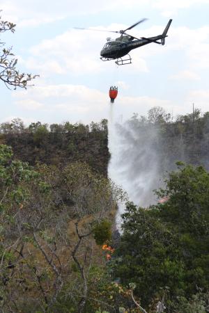 Helicóptero do IBAMA lança água para combater foco de incêndio na região de Taquarussu Grande, zona rural de Palmas